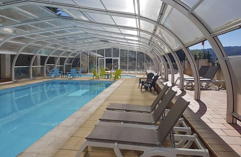 swimming pool area camping auvergne